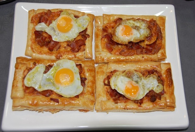 Tart fried eggs with bacon