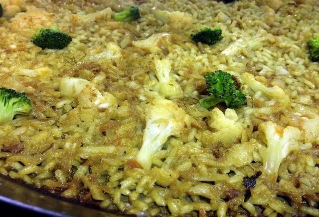 Arroz en paella con bacalao, coliflor y brócoli