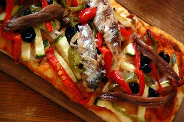 Coca de verduras con sardinas y anchoas