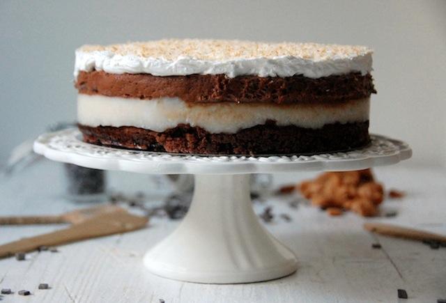 Tarta de brownie con crema de coco y mousse de chocolate