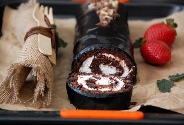 Bizcocho de chocolate, nata y  fresas. Mi versión del Tigretón