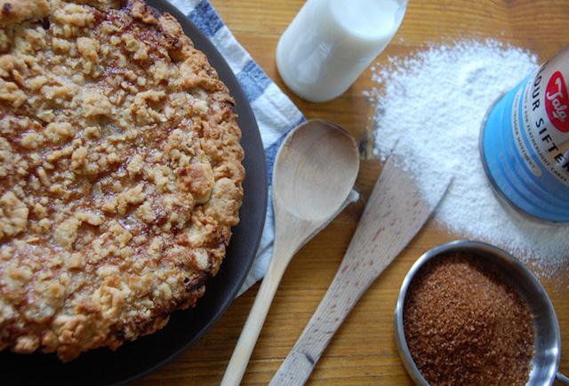 Tarta de ruibarbos con crumble de avena