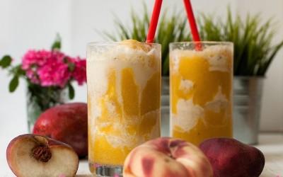 Batido de paraguayas y mango con soda de vainilla y helado