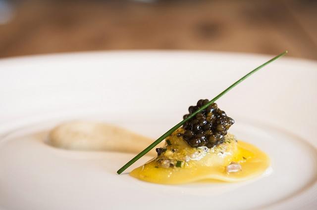 Ravioli de ricotta ahumada con caviar Petrossian Alverta Imperial 640