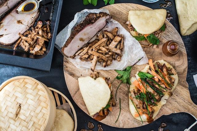 Bao buns con cerdo criollo y salsa barbacoa