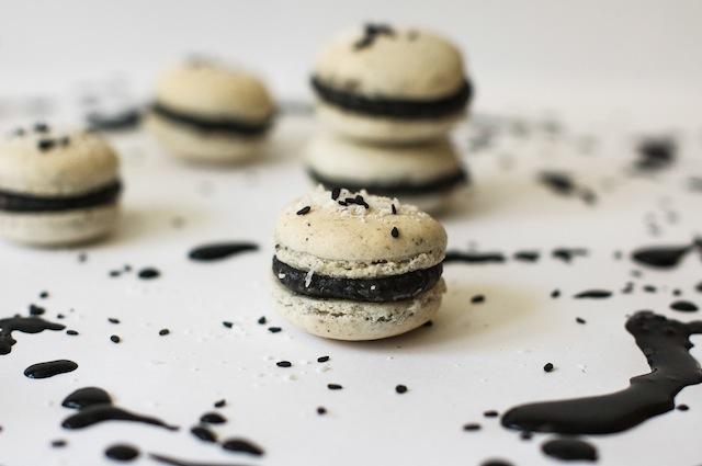 Los mejores macarons. Coco con crema de sésamo negro