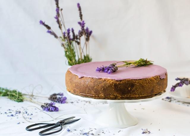 Tarta de queso con chocolate blanco y lavanda