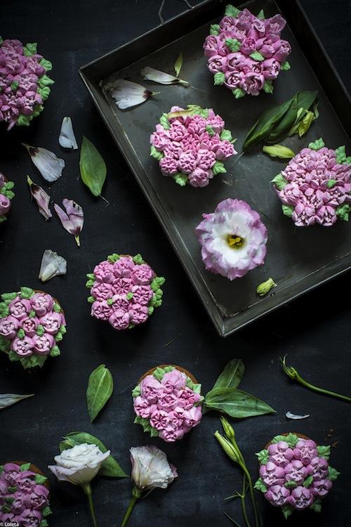 Bizcochos Victoria con crema de limon y como hacer flores con manga pastelera 11