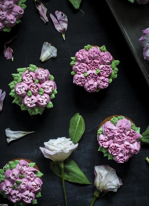 Bizcochos Victoria con crema de limon y como hacer flores con manga pastelera 12