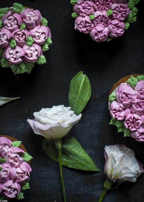 Bizcochos Victoria con crema de limon y como hacer flores con manga pastelera 13
