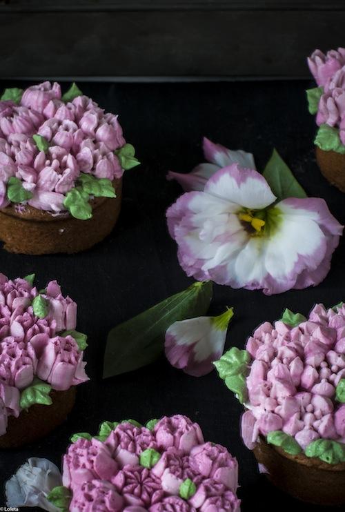 Bizcochos Victoria con crema de limon y como hacer flores con manga pastelera 15