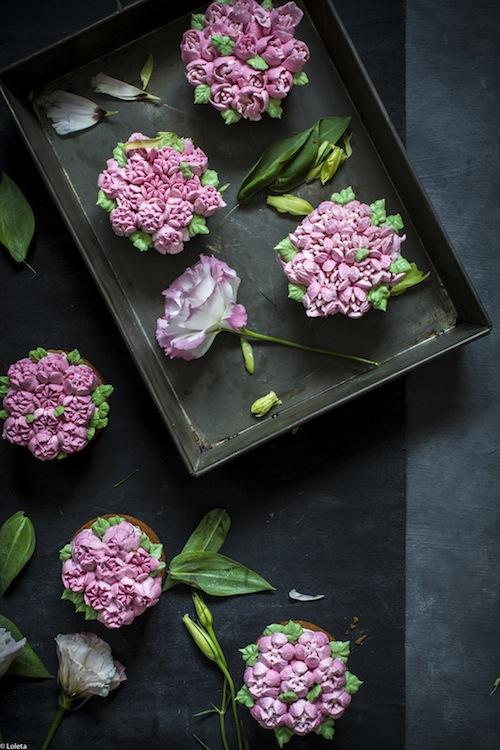 Bizcochos Victoria con crema de limon y como hacer flores con manga pastelera 9