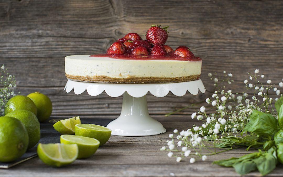 Tarta de queso sin horno a la albahaca con lima y fresas