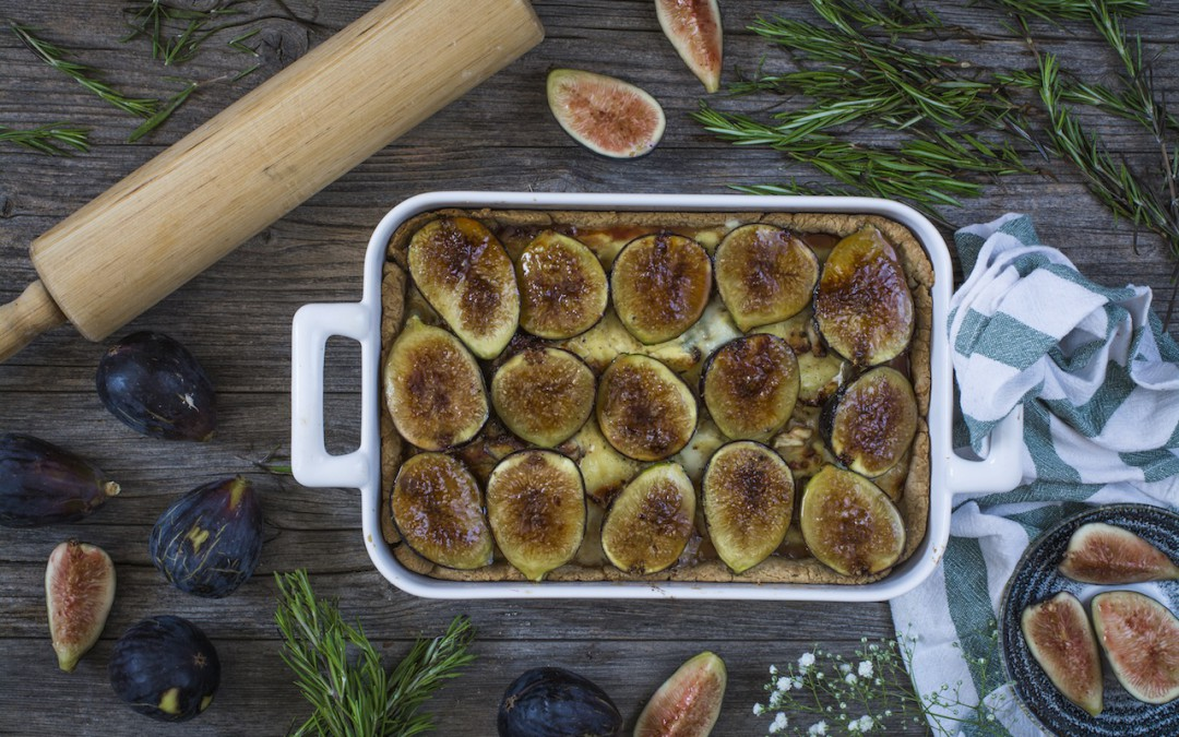 Salty cake of figs with cheese and caramelized onions