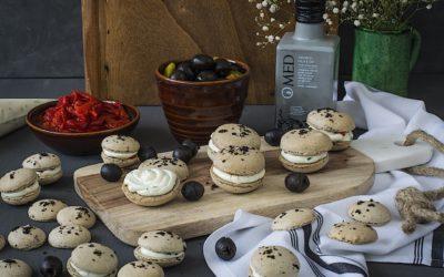 Macarons de aceitunas negras con aceite de oliva ahumado y crema de queso