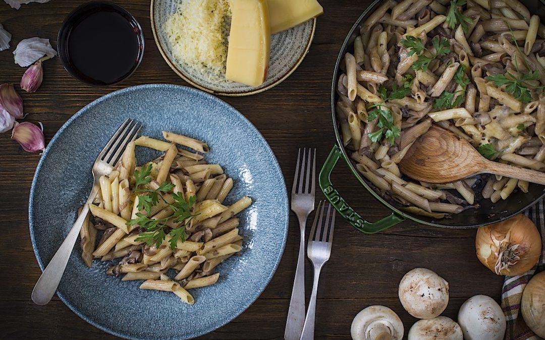 Macarrones con champiñones y cebollas caramelizadas