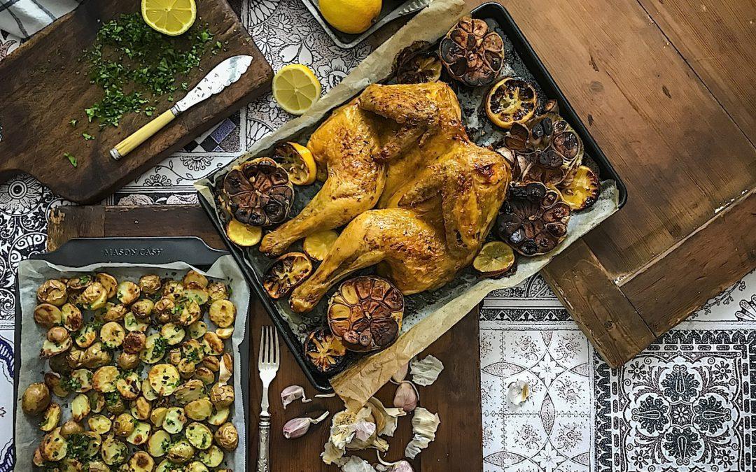 Pollo al horno con patatas. Pollo asado en mariposa