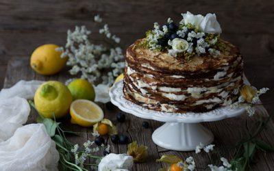 Tarta fácil de crepes con semillas de amapola rellena de lemon curd casero y mascarpone