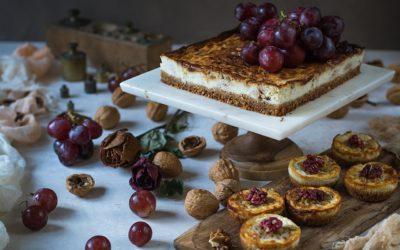 Tarta de queso gorgonzola y ricotta. Cheesecake salada con nueces y uvas