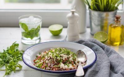 Ensalada de arroz rojo con hierbas frescas y queso feta