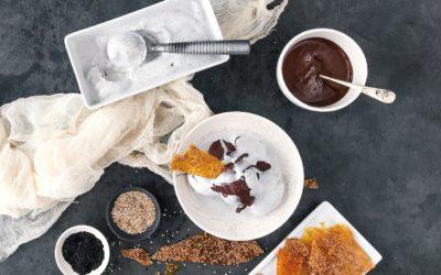 Helado de sésamo negro con crujiente de caramelo y salsa de chocolate