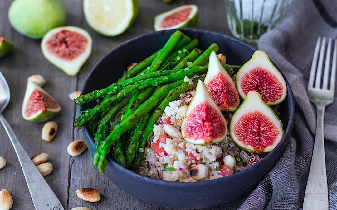 Receta fácil de ensalada de quinoa con higos y espárragos trigueros