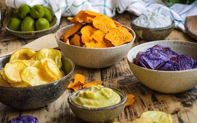 Chips saludables con dos salsas. El aperitivo con el que triunfar en casa