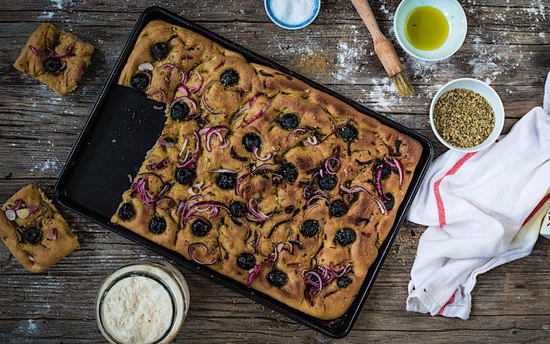 Focaccia de aceite de oliva con aceitunas negras y cebolla roja. Mis trucos de reposo y horneado