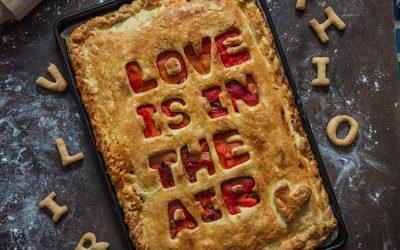 Empanada casera de pimientos asados al horno. Love is in the air