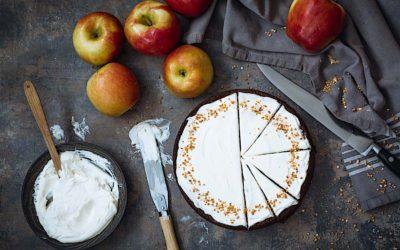 Pastel de compota de manzanas con glaseado de miel tostada