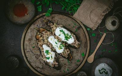 Berenjenas rellenas de quinoa y bulgur con chermoula y salsa de yogur