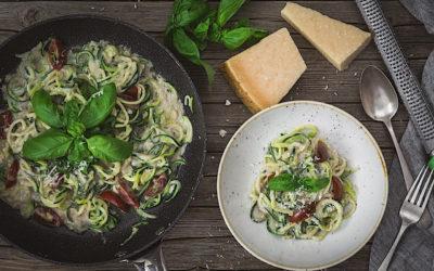 Spaguetis de calabacín con carbonara vegana. Receta saludable