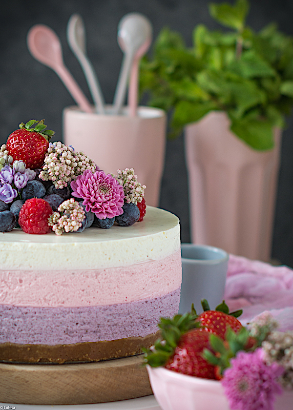 No oven cheesecake decorated with flowers