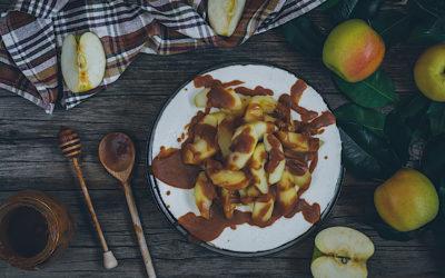 Tarta de queso sin horno y sin huevos con manzanas y caramelo
