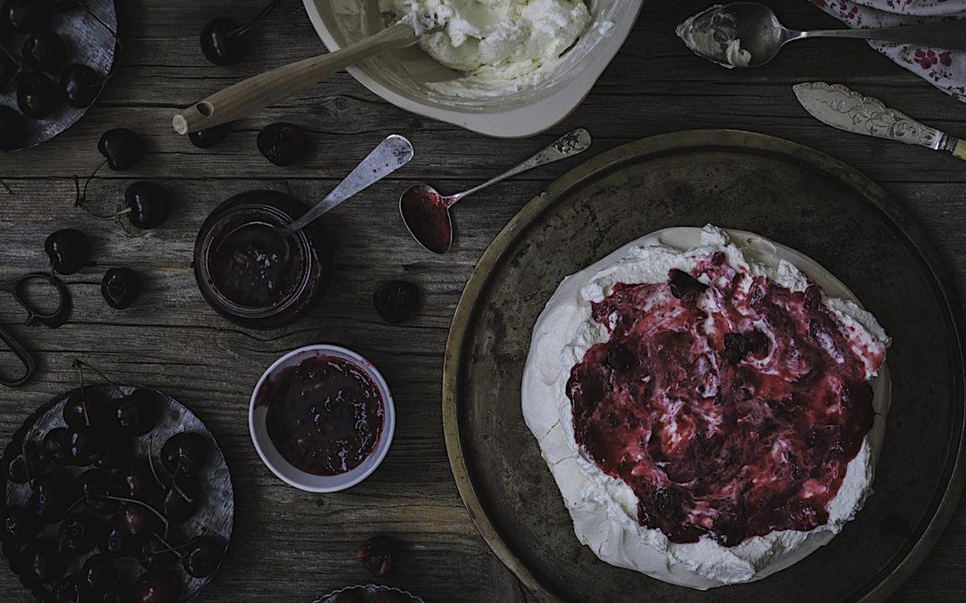 Pavlova de cerezas con mermelada casera. La tarta de cuento