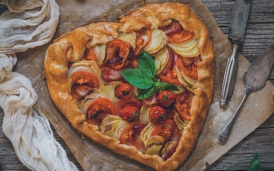 Galette de tomates y patatas con bacon. Tarta salada de San Valentín con versión sin gluten