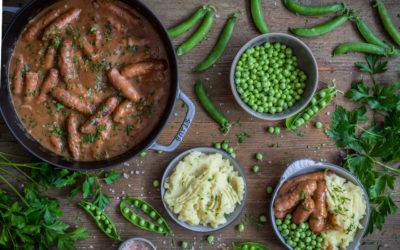 Salchichas en salsa de carne y cebolla. Bangers and mash