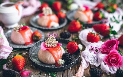 Panacota de fresas con salsa de frutos rojos