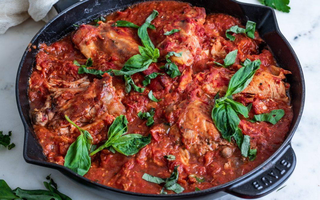 Pollo con tomate y albahaca