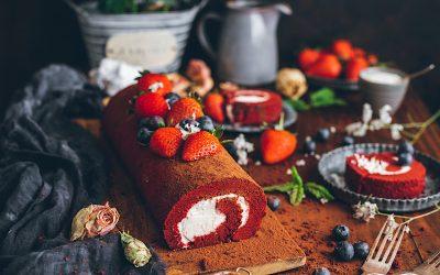 Brazo de gitano de Red Velvet con crema de queso. La tarta roja