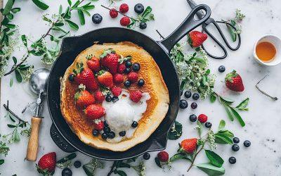 Dutch pancake con frutos rojos y helado. Las tortitas para compartir
