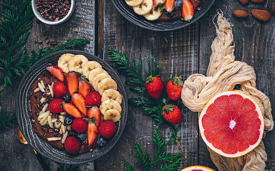 Bowl caliente de avena y chocolate con fruta.  Sin gluten y sin lactosa. Un desayuno completo.