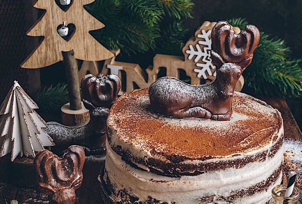 Tarta de Navidad. Pastel de chocolate con crema de canela