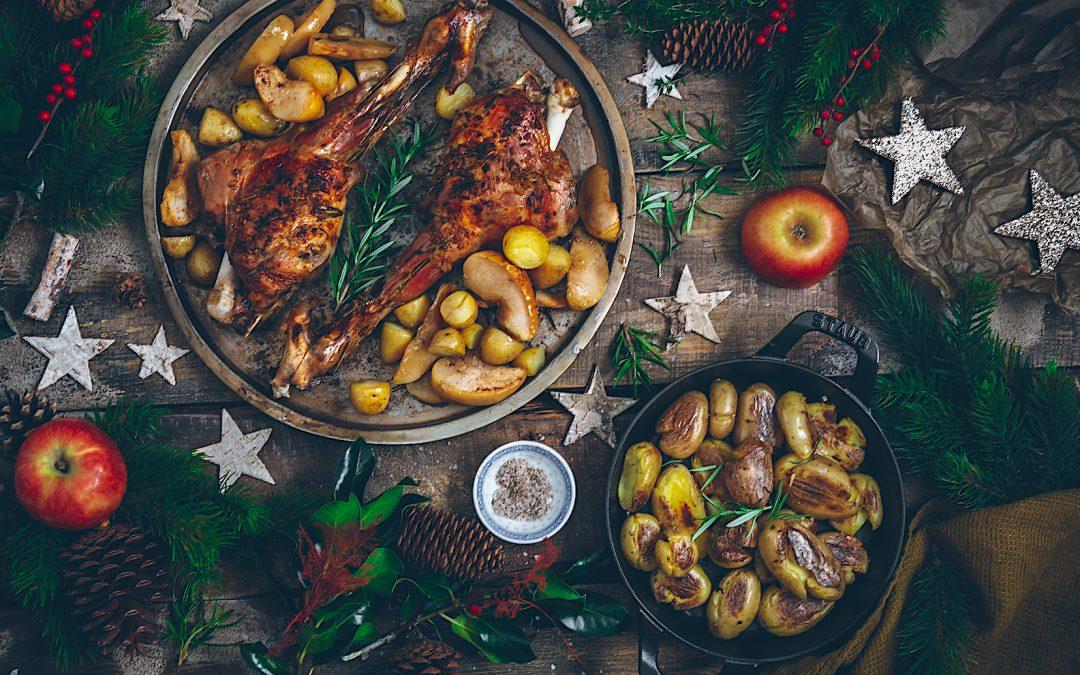 Cordero asado. Lechazo con manzanas y patatas para Navidad