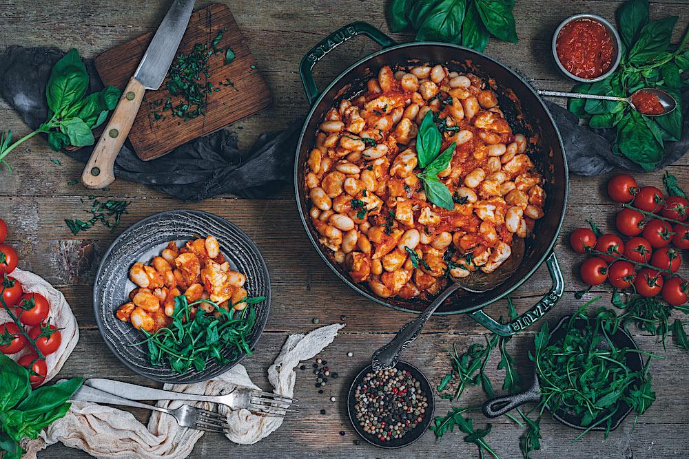Judías con pollo y salsa de tomate. Fácil, rico y súper sano