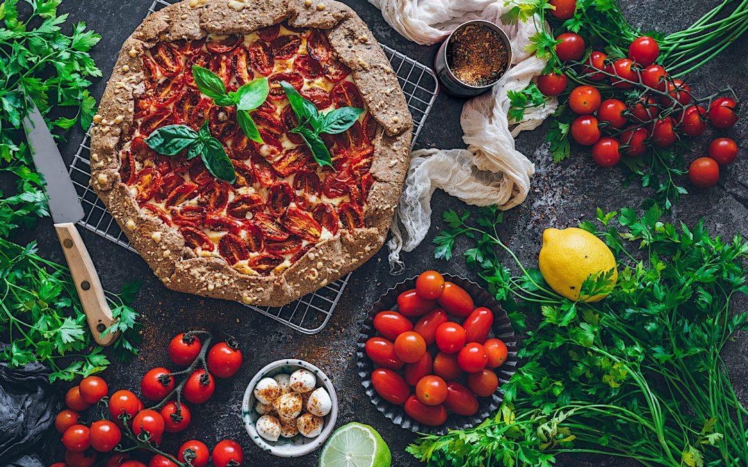 Galette de tomates con crema de queso y albahaca.