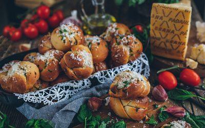Panecillos de queso y ajo con albahaca. El pan más suave