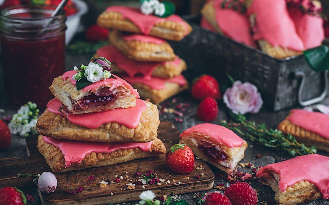 Mini tartas de fresa y frambuesas rellenas de crema dulce de almendras.