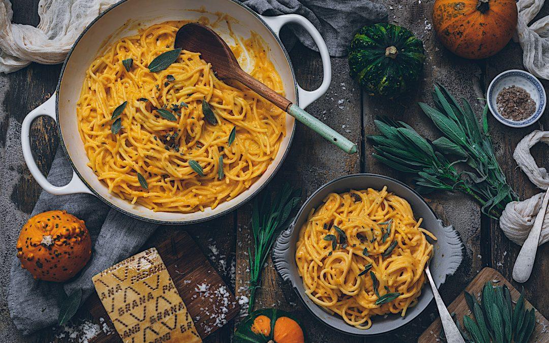 Espaguetis con calabaza y salvia. El sabor del otoño italiano